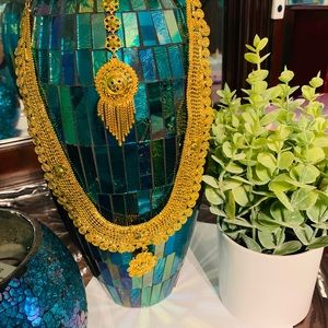Long necklace with tikka